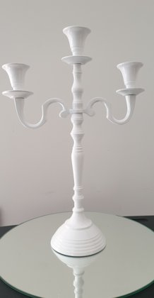 Balts trīsžuburu svečturis
