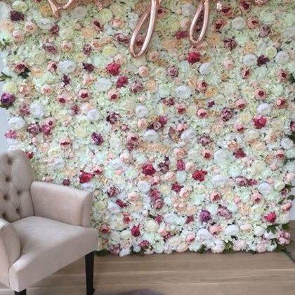 Peoniju ziedu siena par godu mazajai princesei